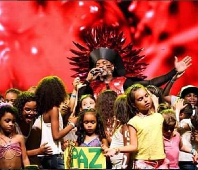 Crianças se divertem com Carlinhos Brown no Sarau Kids (Foto: Arquivo Pessoal)