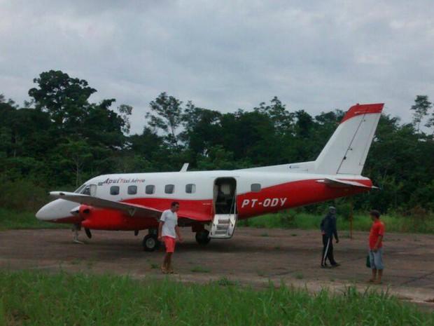 [Brasil] Roda de avião cai em aterrissagem e assusta grupo de indígenas no Acre 12596798_906885576032178_1329086723_o