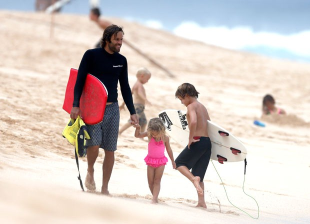 Jack Johnson curte a praia com filhos (Foto: Backgrid USA)