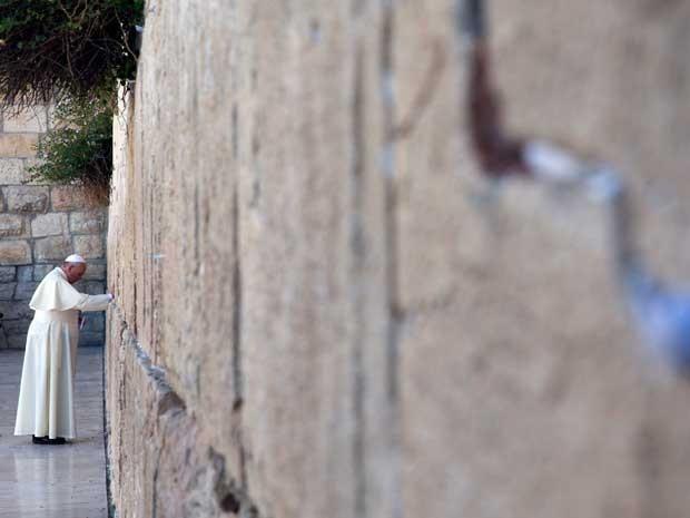 O papa Francisco visitou nesta segunda-feira (26) o muro das Lamentações, o lugar mais sagrado do Judaísmo, (Foto: Andrew Medichini / Pool / Via AFP Photo)