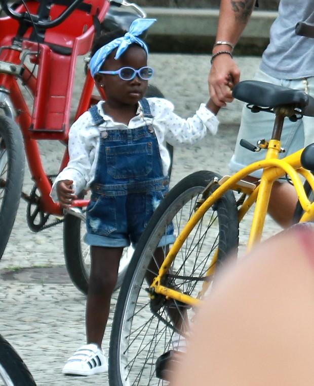 Os looks mais estilosos de Titi, filha Bruno Gagliasso e Giovanna Ewbank (Foto: AgNews / AgNews)