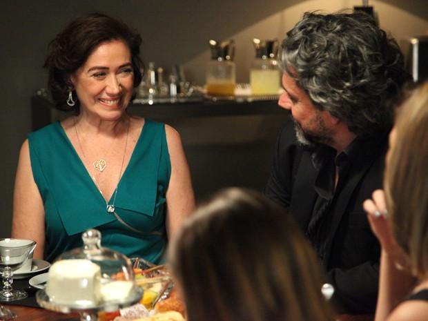 Zé Alfredo desafia Marta a apresentar seu novo namorado  (Foto: Carol Caminha/TV Globo)