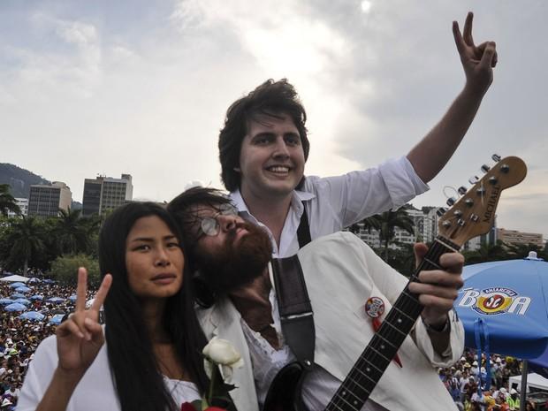 Bloco Sargento Pimenta, que passou pelo Aterro, no Rio, teve sua versão do casal John Lennon e Yoko Ono (Foto: Luciano Oliveira/G1)