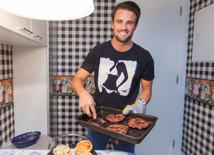 Rafael abre sua cozinha e prepara hambúrguer para Talita (Foto: Fabiano Battaglin/Gshow)