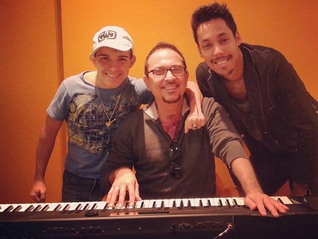 O preparador vocal Tadeu Mathias entre Matheus Fernandes e Kiell Cavalcanti (Foto: Raphael Dias/ Gshow)