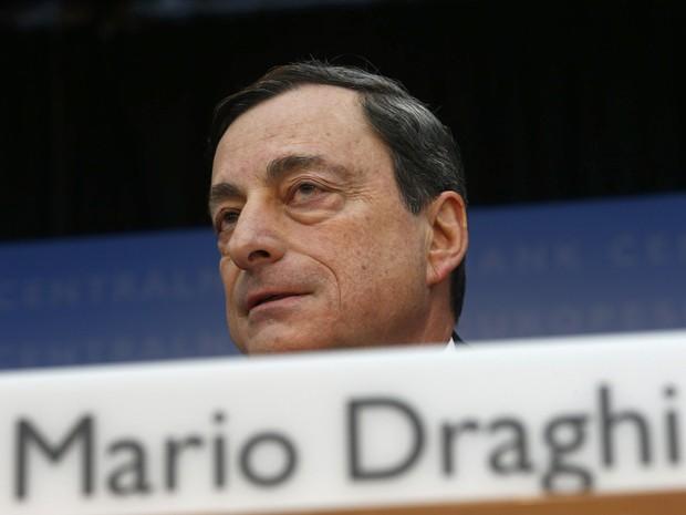 O presidente do Banco Central Europeu, Mario Draghi, fala durante a coletiva de imprensa mensal do BCE em Frankfurt. O BCE manteve a taxa de juros na mínima recorde nesta quinta-feira mas repetiu que permanece pronto para agir, admitindo que a turbulência nos mercados emergentes pode afetar a zona do euro (Foto: Reuters)