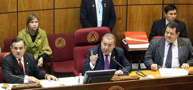 O presidente do senado paraguaio, Jorge Oviedo Matto, ao centro, na sessão que decidiu pelo impeachment de Fernando Lugo por 34 votos a favor, 4 contrários e 2 abstenções (Foto: Andrés Cristaldo/EFE)