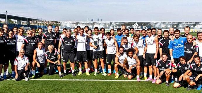 Cristiano Ronaldo com prêmio no treino do Real Madrid (Foto: Reprodução / Instagram)
