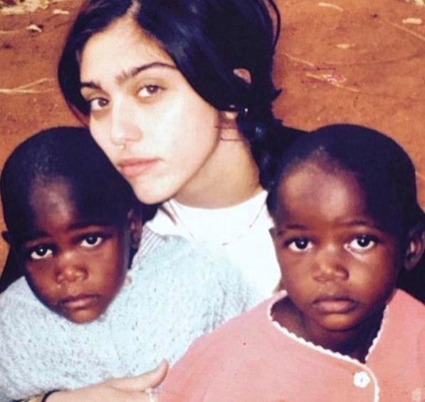 Lourdes Maria com as gêmeas adotadas por Madonna (Foto: Reprodução/Instagram)