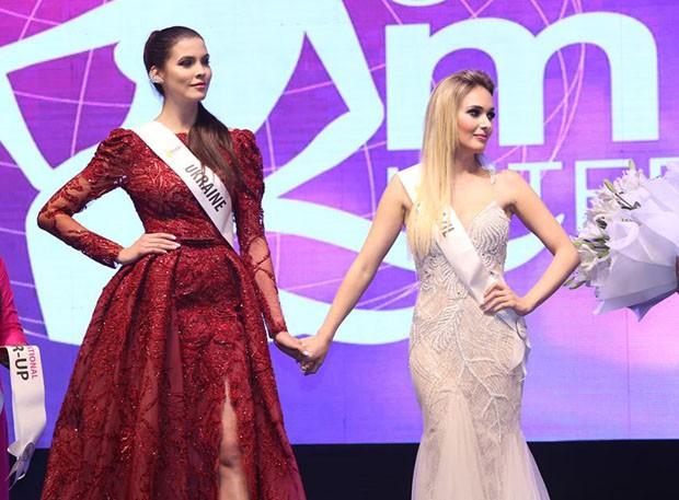 Katherin Strickert (dir) ao lado da vencedora do concurso, a ucraniana Alena Spodyniuk (Foto: Divulgação/ Destac Assessoria)