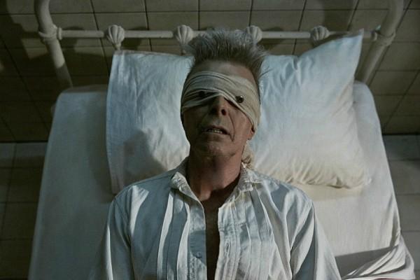 David Bowie em cena do clipe de 'Lazarus' (Foto: Reprodução)