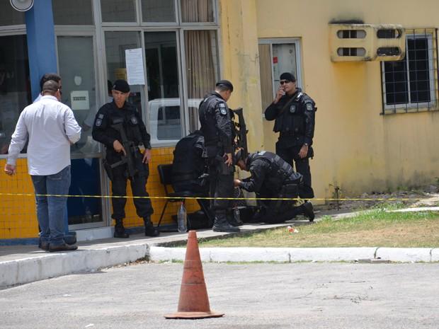 Grupo de Ações Táticas Especiais (Gate) se prepara para retirar artefato de motorista de carro-forte na Paraíba (Foto: Walter Paparazzo/G1)