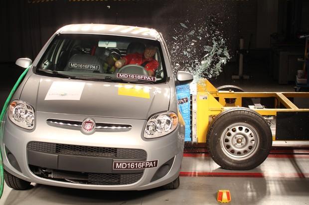 Fiat Palio equipado com airbagsfrontais apenas uma estrela para proteção de adultos e três estrelas para crianças (Foto: Divulgação)