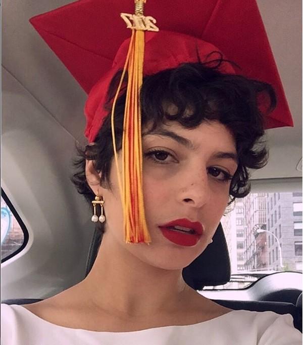 Julia Anquier, filha de Debora Bloch e Olivier Anquier, comemora a formatura em Nova York (Foto: Reprodução Instagram)