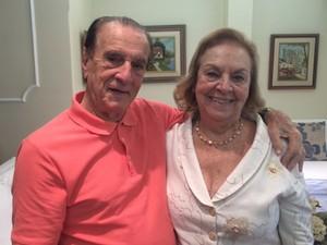 Orlando Drummond posa com Glória, sua esposa há 64 anos. (Foto: Cristina Boeckel/ G1)