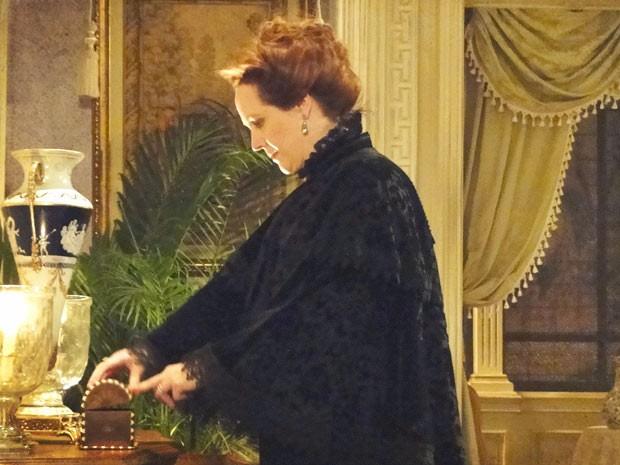 Carlota se choca ao ver que carta sumiu (Foto: Lado a Lado / TV Globo)