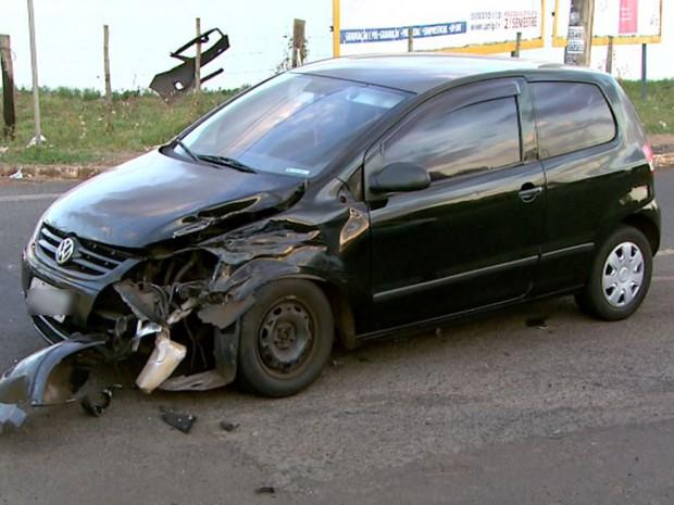 Carro de auxiliar de serviço foi atingido pela van roubada pelos adolescentes para fugir (Foto: Luciano Tolentino/EPTV)