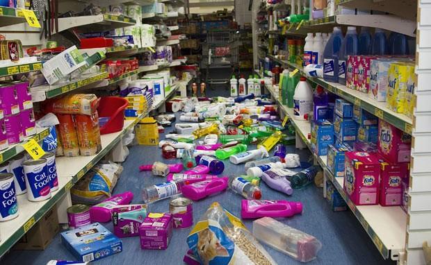 Produtos caídos ao chão após o terremoto desta segunda-feira (20) na pequena cidade de Wairarapa (Foto: Marty Melville/AFP)