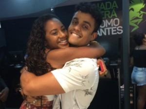 Fã Carol Almeida abraça Lincon (Foto: Paula Outerelo/Acervo pessoal)