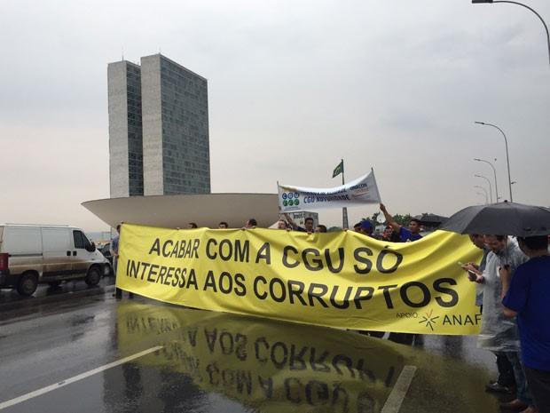 Faixa estendida na Esplanada dos Ministérios ao lado do Congresso Nacional por servidores da CGU (Foto: Michele Mendes/G1)