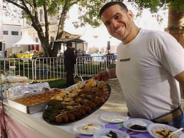 O sírio Talal Al Tinawi faz comida por encomenda e para eventos e quer abrir um restaurante em SP com a ajuda de uma campanha de financiamento coletivo (Foto: Talal Al Tinawi/Arquivo pessoal)