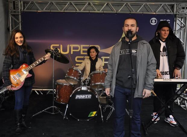 Juliana (na bateria) e os amigos Giovanni (teclado), Vinicius (vocal) e Daviane (baixo) aproveitaram para registrar o momento com o estúdio do SuperStar (Foto: Roger Santmor/RPC)