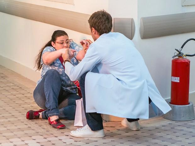 Israel ajuda Bia após jogá-la no chão (Foto: Artur Meninea / Gshow)