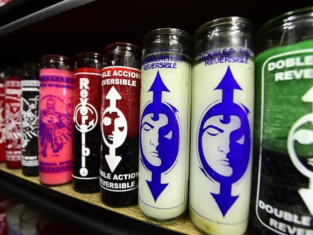 Velas são vendidas na loja do curandeiro em Los Angeles (Foto: FREDERIC J. BROWN / AFP)