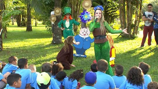 Conheça o projeto Athena, que leva leitura para crianças de Pederneiras