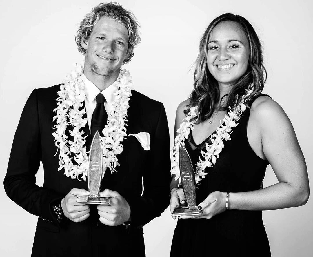 John John Florence e Carissa Moore, os dois melhores do ano na votao popular do Surfer Awards (Foto: Divulgao/Surfer Awards)
