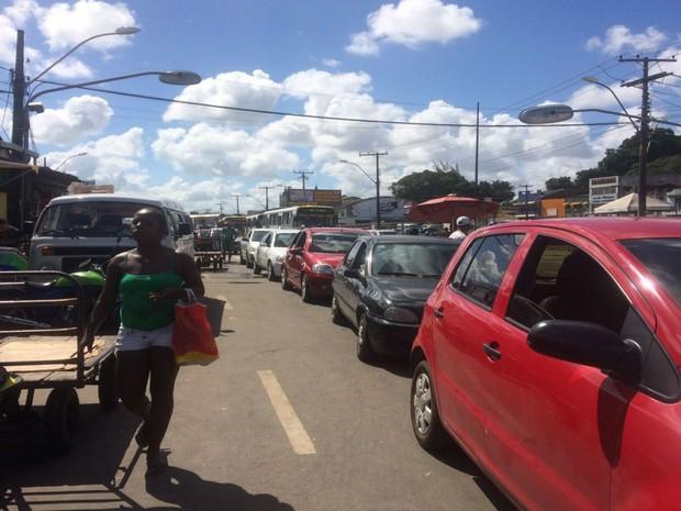 Filas do Ferry chegaram próximo a Calçada nesta quarta-feira (22) (Foto: Juliana Almirante / G1)