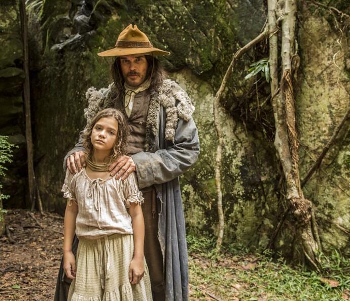 Mel Maia e Dalton Vigh posam nas locações de 'Liberdade, liberdade' em Diamantina (Foto: João Cotta / TV Globo)