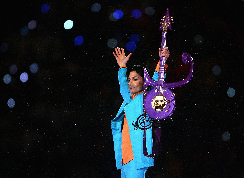 Prince durante o clássico show no intervalo do Super Bowl, em 2007. Roupas e a guitarra usada no dia estarão expostas (Foto: Getty Images/ Jonathan Daniel )