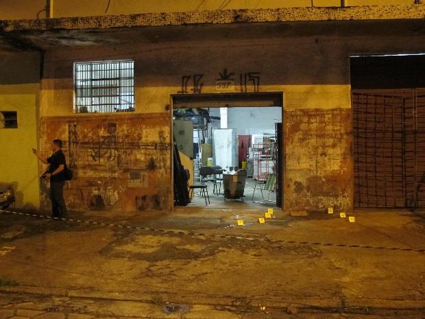 Perícia esteve no local do crime (Foto: Anna Gabriela Ribeiro / G1)