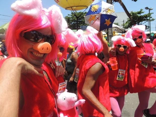Porquinha Peppa Pig ganhou versão ousada e virou fantasia do jornalista Everson Luiz e amigos.  (Foto: Katherine Coutinho / G1)