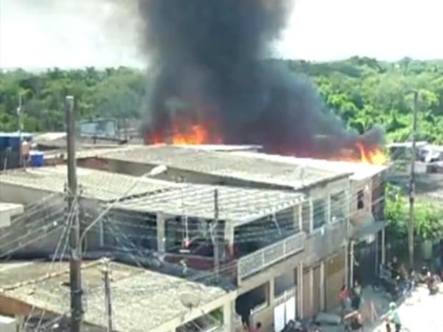 Incêndio atingiu ao menos 70 barracos em Guarujá (Foto: Reprodução / TV Tribuna)
