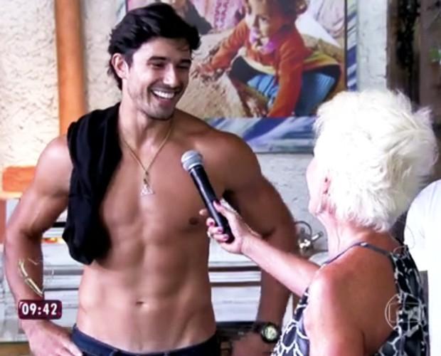 Ana Maria checa o corpo sarado dos convidados do Mais Você (Foto: TV Globo)