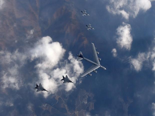 Avião B-52 da força aérea americana acompanhado por dois jatos de combate sobrevoam a Coreia do Sul neste domingo (10) (Foto: Yonhap/AFP)