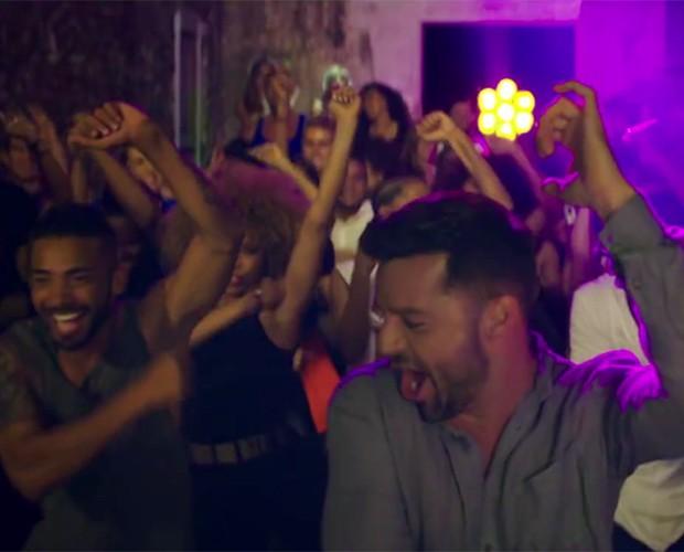 Ricky Martin cai na festa ao lado de várias pessoas no clipe (Foto: Reprodução)