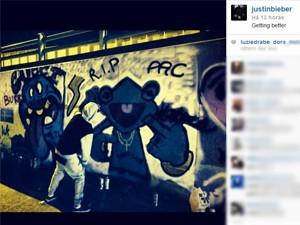 Justin Bieber postou foto dele no Instagram fazendo grafites em muro na Colômbia (Foto: Reprodução/Instagram)