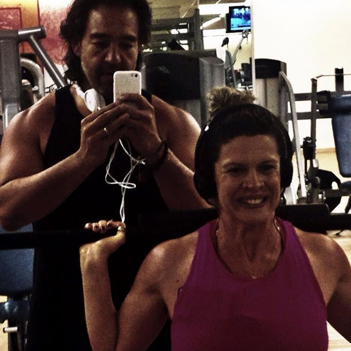 Cida na academia com o marido, Ricardo Saito. (Foto: Reprodução)