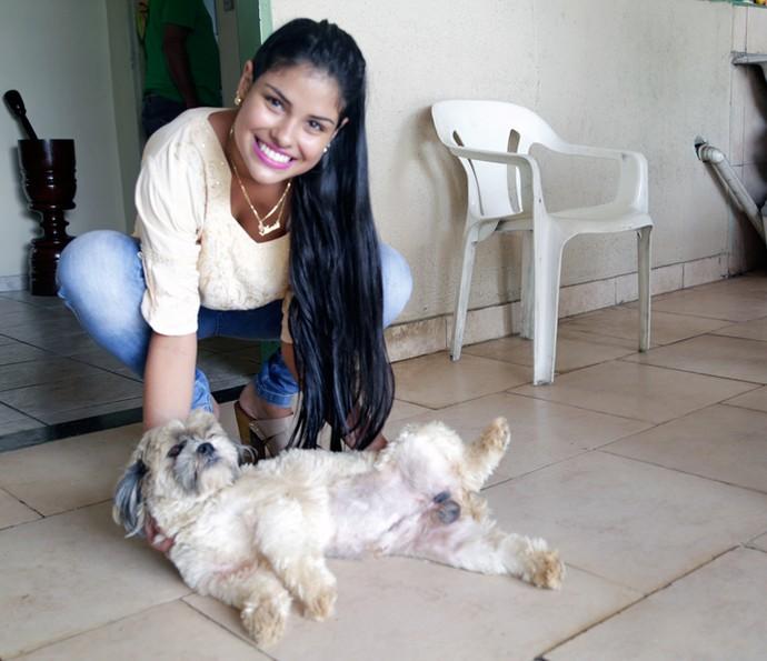 Munik do BBB16 com seu cachorro Buba (Foto: Gabriella Dias/Gshow)