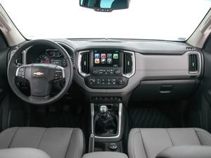 O acabamento interno da picape está mais refinado - Chevrolet (Foto: Divulgação/Chevrolet)