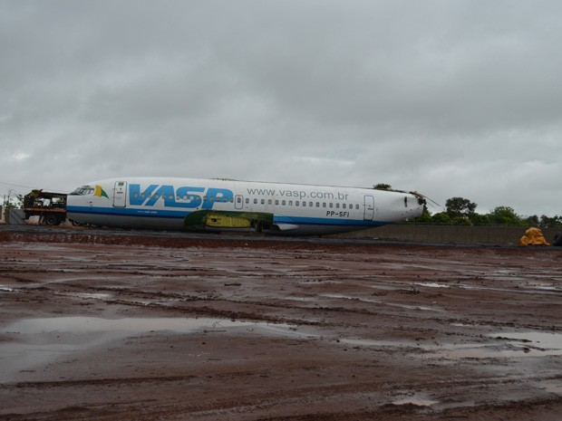 Má condições do tempo atrasam início da montagem da aeronave (Foto: Felipe Turioni/G1)