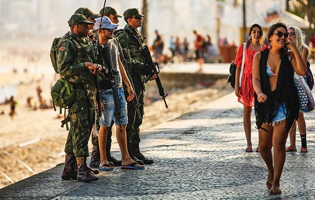 RI Rio de janeiro(rj) - 27/07/2016 - PATRULHA EXERCITO - Equipe do exercito faz seguranca pelo calcadao de Ipanema.Foto:Guilherme Leporace (Foto: Agência O Globo)