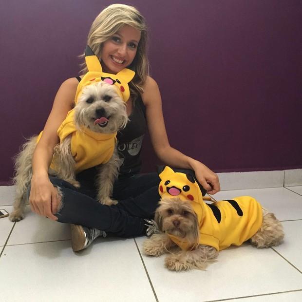 Luisa Mell e cães vestidos de Pokémon (Foto: arquivo pessoal)