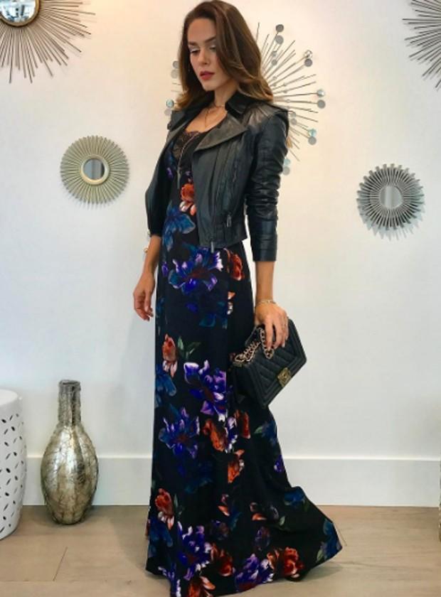 Fernanda Machado usa longo dark floral com jaqueta de couro (Foto: Reprodução/Instagram)
