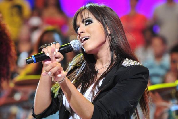 MC Anitta ensina Victor Sarro a dançar (Foto: Divulgação / Rede Globo)