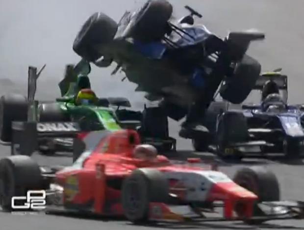 Francês Nathanaël Berthon provoca acidente cinematográfico na GP2 (Foto: Reprodução)
