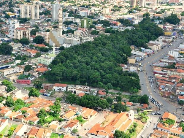 Morro da Luz (ao centro) e a Avenida da Prainha (à direita): Parque Linear transformaria radicalmente área central de Cuiabá, aumentando arborização (Foto: Renê Dióz / G1)